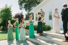 Облачать подружек в одинаковые костюмы, не только красивая традиция, но и хорошая идея для фото. Оригинальной и невероятно яркой может быть фотосессия с подружками невесты.