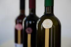 Κάθε ετικέτα μας με χειροποίητο βουλοκέρι στα 3 χρώματα των κρασιών μας: Λευκό, Ροζέ, Κόκκινο. © Vicky Lafazani