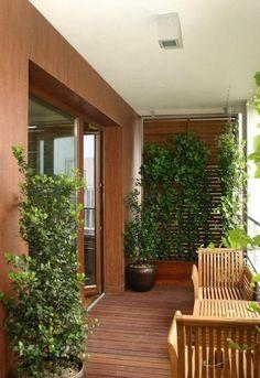 aménagement balcon avec des meubles en bois