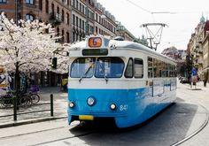 Public transport in Gothenburg, Gotemburgo es la segunda ciudad en importancia de Suecia, ubicada en la provincia de Västra Götaland en la costa oeste del país, en la desembocadura del río Göta älv en el estrecho de Kattegat. Es la sede administrativa y arzobispal de la provincia.