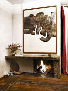 Stone fireplace and Eduardo Chillida painting at his daughter´s home (Susana Chillida) Indoor Outdoor Fireplaces, Dragon Art, Fireplace Design, Furniture Styles, Rustic Design, Decoration, Bunt, Interior Inspiration, Design Elements