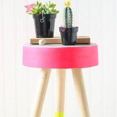 Facile à faire Tabouret Béton bricolage. Ajouter peinture amusant pour pops de couleur fraîche et moderne. Il est parfait pour un tabouret en plein air ou stand d'usine.