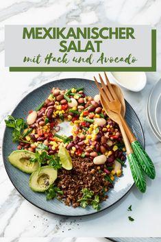 Salat aus Bohnen, Peperoni, Mais und knusprigem Hackfleisch mit einem cremigen Dressing.