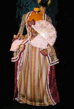 """Vestido rococó, posiblemente sólo las damas peninsulares podrían ser vistas con uno de éstos. Las damas criollas eran consideradas """"inferiores"""" y sus vestimentas no eran tan espectaculares."""