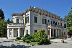 Prince Philip, Elizabeth II's spouse, was born in the island of Corfu, (which I have not yet visited but is high on my list) and specifically in this little palace of Mon Repos. Prince Andrew, Prince Phillip, Corfu Holidays, Princess Alice Of Battenberg, Greek Royal Family, Corfu Greece, Le Palais, Palais Royal, Queen Elizabeth