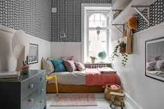 Incredibly charming family apartment in Gothenburg, Sweden - Paul & Paula Copenhagen Apartment, Stockholm Apartment, Scandinavian Apartment, Scandinavian Interior, Scandinavian Style, White Wooden Floor, Family Apartment, Banquette, Grey Walls