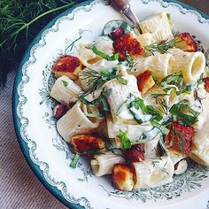 healthy snacks - Creamy lemon rigatoni with halloumi croutons krämig citronpasta med halloumik Mat Veggie Recipes, Pasta Recipes, Vegetarian Recipes, Healthy Recipes, I Love Food, Good Food, Rigatoni, Halloumi, Kitchen Recipes