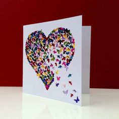 tarjetas de cumpleaños, tarjeta romámtica de cumpleaños con corazón de mariposas pegadas sobre papel blanco