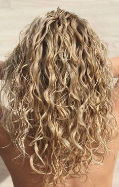 Blonde Curly Hair for 2019 - Latest Hair Colors 2020 Blonde Curly Hair Natural, Colored Curly Hair, Blonde Curls, Curly Hair Tips, Wavy Hair, Curly Hair Styles, Natural Hair Styles, Natural Curls, Color For Curly Hair