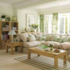 Чудесное сочетание бежевого и светло-зеленого цвета в интерьере гостиной.
