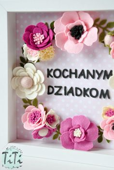 Personalized felt floral frame box with custom text. This is a unique gift for everybody . Frame contains handmade felt elements (flowers & text) and paper bac Pink and white floral bouquet Este es un regalo único para e . Felt Diy, Handmade Felt, Handmade Flowers, Felt Crafts, Diy And Crafts, Baby Crafts, Felt Flowers, Fabric Flowers, Paper Flowers