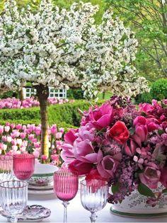 spring dinner party al fresco Love Flowers, Beautiful Flowers, Purple Flowers, Wedding Flowers, Flower Colors, Purple Hues, Colours, Purple Wedding, Floral Flowers