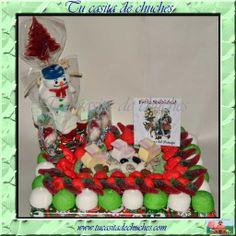 Tarta  de chuches Navidad: incluye gran muñeco de nieve tipò marsmallow, arbol de chocolate de Navidad y una selección de las mejores gominolas y chuches. ELABORADA 100% SIN PALILLOS. Disponibles en Tu casita de chuches.