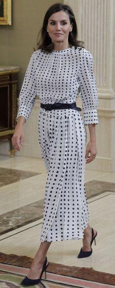 Queen Letizia brings back Massimo Dutti print dress for a day of audiences Princess Letizia, Queen Letizia, Princess Mary, Royal Fashion, Modest Dresses, Beautiful Celebrities, Modest Fashion, Celebs, Style Inspiration
