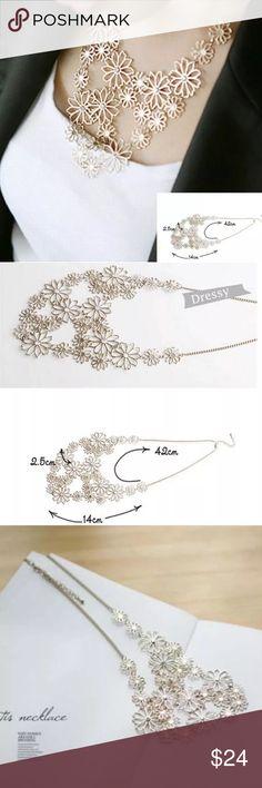 🌸PRETTY LIGHT GOLD FLORAL STATEMENT NECKLACE🌸 🌸PRETTY LIGHT GOLD FLORAL STATEMENT NECKLACE🌸 Jewelry Necklaces
