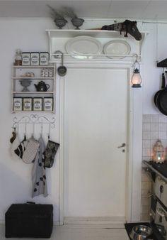 Rintamamiestalon keittiön nurkkaus. Vanha puuhella, valkoinen lautalattia ja persoonallisia esineitä. 50-luvun talo, maalaisromanttinen, sisustus Stacked Washer Dryer, Washer And Dryer, French Door Refrigerator, French Doors, Kitchen Appliances, Cottage, Diy Kitchen Appliances, Home Appliances, Casa De Campo