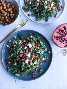 Skøn vegetarisk grønkålssalat med tahindressing, soyaristede kikærter, persile, feta og fine granatæblekerner. God vintersalat.