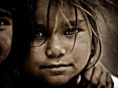 Chica Street en Rajasthan. Desafortunadamente, muchas personas en la India viven por debajo de la línea de pobreza. Es evidente a partir de esta imagen. La fotografía aquí es de un pobre sin techo-chica que vive en la calle, en Rajastán. (Fuente de la imagen: sbreni massimo)