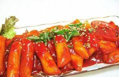 Inilah resep dan langkah-langkah cara membuat tteokbokki alias kue beras khas Korea yang sederhana dan lezat