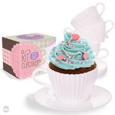 Lindo e prático kit cupcake pra você fazer e servir deliciosos bolinhos, ideal para fazer bonito na hora do café ou da sobremesa. O kit vem com 4 forminhas de silicone no formato de xícara de chá, 4 pires de plástico e 1 livrinho com receitinhas maravilhosas.