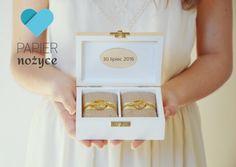 Personalizowane pudełeczko na obrączki Signature of LOVE pokazane wewnątrz. Piękne beżowe poduszeczki i złota wstążka ♥ więcej na http://papier-nozyce.pl/