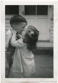 17 Vintage Photos Of Kids Getting Their First Kiss Ever Funny Vintage Photos, Vintage Children Photos, Vintage Humor, Vintage Photographs, Kiss Pictures, Old Pictures, Old Photos, Kids Kiss, Vintage Illustration