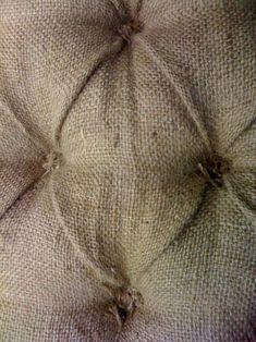 ~ Rustic tie-tufted burlap / toile de jute ~ via Burlap Projects, Burlap Crafts, Diy And Crafts, Craft Projects, Sewing Projects, Craft Ideas, Burlap Ottoman, Burlap Lace, Jute
