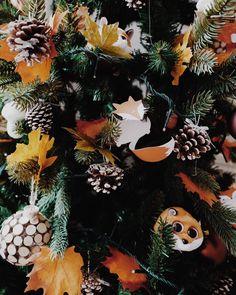 R o u x | Je croise les doigts pour qu'il résiste aux attaques quotidiennes des fauves. Nous avons rajouté des étiquettes «Fox Family» (fichier à télécharger sur le blog). Les petits renards peuvent s'accrocher aux guirlandes ou aux branches #christmas #christmastree #sapindenoel #noel #foxfamily #renard #printable #etiquettes #craft #fox Decoration, Branches, Wreaths, Halloween, Craft, Winter, Blog, Christmas, Diy