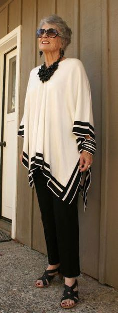 A great outfit for the day and the evening. A simple poncho with just the right trousers, jewelry accessories make this an elegant outfit for the ageless Mature Fashion, 60 Fashion, Over 50 Womens Fashion, Fashion Over 50, Plus Size Fashion, Fashion Looks, Latest Fashion, Fashion Trends, Vetement Fashion