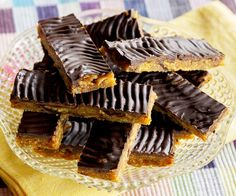 Date and ginger slice recipe - By FOOD TO LOVE, An old favourite recipe with chewy, flavoursome dates and ginger, and crunchy cornflakes. Skewer Recipes, Wine Recipes, Baking Tins, Baking Recipes, Pear Tarte Tatin, Date Slice, Sour Cream Pancakes, Self Saucing Pudding, Ginger Slice