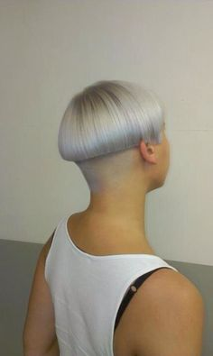 Love this platinum bowl cut with shaved nape. Short Hair Cuts, Short Hair Styles, Pixie Styles, Mushroom Hair, Bowl Haircuts, Edgy Hair, Funky Hair, Shaved Nape, Bleach Blonde Hair