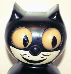 """Horloge vintage """"Felix le chat"""" des années 30 avec les yeux qui tournent de gauche à droite et la queue qui balance au rythme des secondes / Kit-Cat Clock (toujours fabriqué) / #horloge #chat #vintage http://www.kit-cat.com/"""