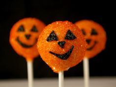 I think I'll try to do come cakepops for halloween. (: Pumpkin Cake Pops, Cakepops, Halloween Cake Pops, Halloween Goodies, Halloween Treats, Halloween Fun, Halloween Pictures, Halloween Projects, Cupcakes