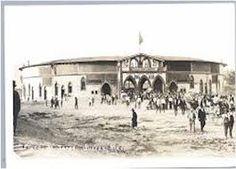 """1908, se inaugura en Madrid la singular plaza de toros de Carabanchel, """"La Chata"""", como fue conocido popularmente este torerísimo coso. Se construyó en los terrenos colindantes a la Finca Vista Alegre, en pleno barrio madrileño de Carabanchel,. Los primeros toreros que pisaron el albero fueron los míticos Gaona, Bombita y Machaquito en la tarde del 27 de junio de 1908, para estoquear una corrida del Marqués de Castellanos. Se derribó en 1955"""