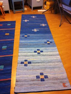 Blått är så flott Recycled Fabric, Woven Rug, Textile Art, Hand Weaving, Recycling, Textiles, Kids Rugs, Knitting, Pattern