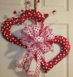 Valentine's Day is adorned with numerous craft specialties. Handmade crafts infuse Valentine's Day with a special color. Numerous easy-to-make craft … Diy Valentines Day Wreath, Fun Valentines Day Ideas, Valentines Day Decorations, Valentine Day Crafts, Printable Valentine, Homemade Valentines, Valentine Box, Diy Valentine's Day Decorations, Decor Ideas