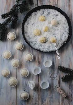 Diese leckeren Kokos Schneebälle schmelzen im Mund und sind super einfach vorzubereiten! Passend zur Adventszeit genau die richtige Leckerei!