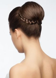 Chongo medio tradicional estilo bailarina decorado con trenza - Shutterstock