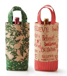 These #DIY wine gift totes make pretty packaging for Christmas presents! Print words or scenes on burlap or muslin.