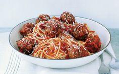 Pasta met gehaktballen in tomatensaus