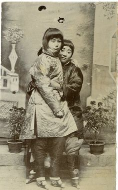 Chinese Girls with Lotus/Bound Feet - Vintage print, China Tirage citrate 6,5x10,5 - 1890