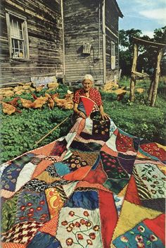 there is SO much to love about this picture... quilt, chickens, lady with a lifetime of stories... Textiles, Patchwork Quilting, Crazy Quilting, Art Quilting, Patchwork Blanket, Vintage Quilts, Antique Quilts, Old Quilts, Bric À Brac