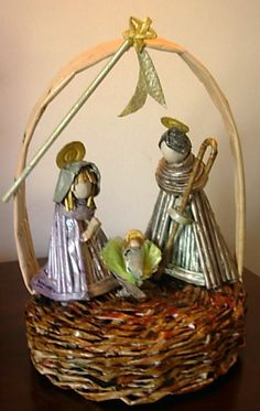 ArteMCANES: Presépio Christmas Nativity, Christmas Crafts, Christmas Decorations, Christmas Ornaments, Cute Crafts, Diy And Crafts, Newspaper Crafts, Paper Ornaments, Paper Jewelry