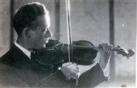 מיכאל דומר מנגן בכינור במחנה העקורים ריסנבורג בזצלבורג, אוסטריה