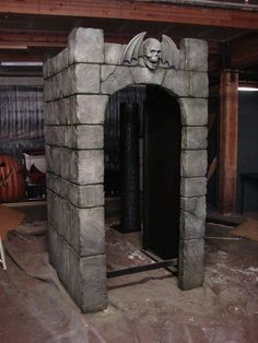 Halloween Prop Projects: A very cozy fake stone entrance with the prerequisite gargoyle. Entrada Halloween, Casa Halloween, Halloween Tombstones, Halloween Graveyard, Halloween Haunted Houses, Outdoor Halloween, Holidays Halloween, Halloween Witches, Happy Halloween