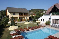 Aan het #Balatonmeer in #Hongarije in #Vonyarcvashegy ligt dit vakantiehuis. De appartementen zijn geschikt voor ieder maximaal 2 personen en voorzien van een overdekt terras. Verder is er een grill voor een heerlijke bbq, parkeerplaats in de tuin, tuintafel, tuinstoelen, internet, overdekte pergola, afgesloten tuin en zonneterras. Het zwembad (8.00 x 4.00 x 1.40) is voor gemeenschappelijk gebruik met het appartement op de 1e verdieping in dit vakantiehuis