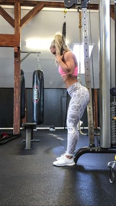 THUSEDAY ABS – WORKOUT | Linn Jacobsson | Standing crunches in cable machine (15×4)