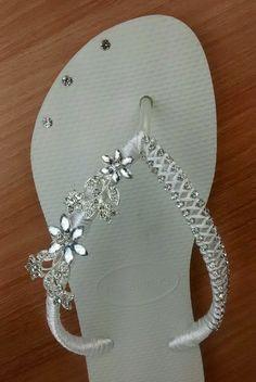 8e9e1a7f7c3 Legítima Havaiana branca para noiva customizada com uma linda pedraria de  flores brilho prata em um