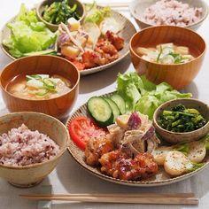 日本人の心を射止める和定食は 「一汁一菜」を意識した献立でバランスよくいただきましょう。 @namikan19さんが作るハニーマスタードチキン定食は シャキっとした歯ごたえのする新鮮なお野菜を添え、 マイルドな豆腐のお味噌汁と 栄養価の高い雑穀米を合わせた美容に嬉しい定食です。 栄養のある美味しいご飯をたくさん食べて 内からの美を実現しましょう。 #regram #locari #ロカリ #locari_kitchen #ロカリキッチン #ハニーマスタードチキン #おうちごはん #和定食 #夜ごはん #内からの美を磨く #onthetable #dinner #japanese #cooking