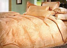 Ефектно спално бельо - Darla. Свежо спално бельо от 4 части и комбинация от две материи. Плика е в светло бежов цвят и ефектна широка, минаваща на средата, сатенирана лента с нежни цветя в светъл цвят а над лентата има бродирани цветя, които придават допълнителна тежест на десена. Долният чаршаф е обточен със същата сатенирана лента, а калъфките са комбинация от двете материи.
